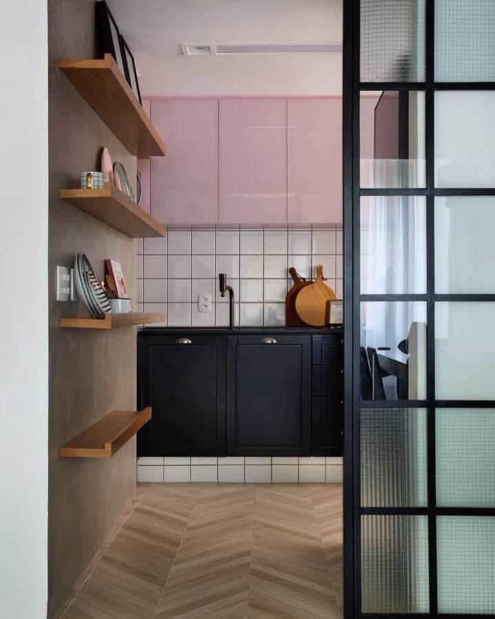 decoração de cozinha com gabinete preto e armário aéreo cor rosa chá Foto PKB Arquitetura