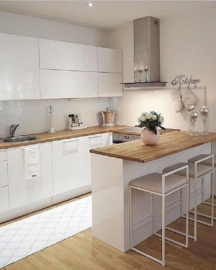 Decoração de cozinha estilo americana branca com bancada de madeira em U  Foto Pinterest