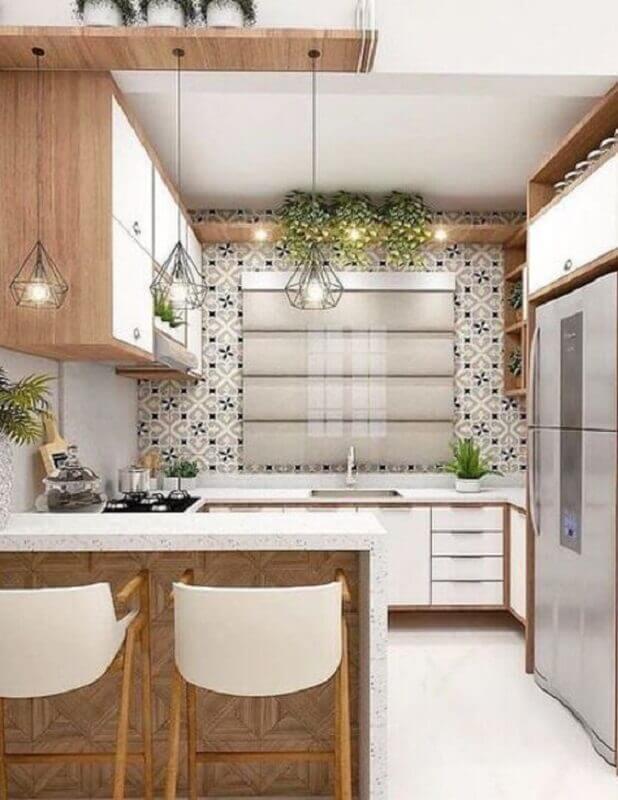 Decoração de cozinha estilo americana com armário branco com detalhes em madeira Foto Pinterest