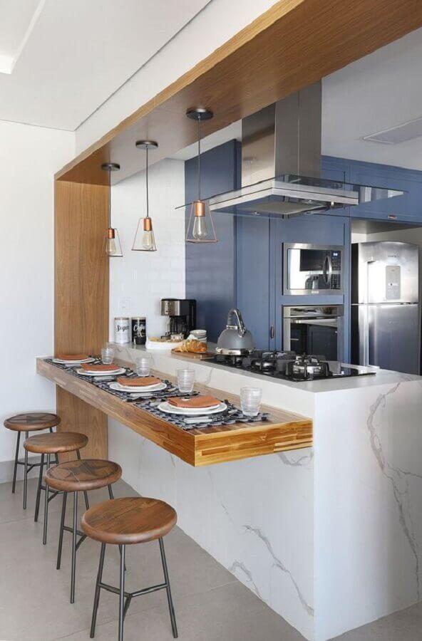 Decoração de cozinha estilo americana com bancada de madeira planejada em balcão de mármore Foto Casa de Valentina