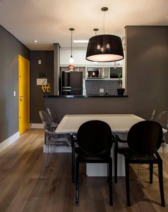 Decoração de cozinha estilo americana integrada com sala de jantar cinza  Foto Casa de Valentina