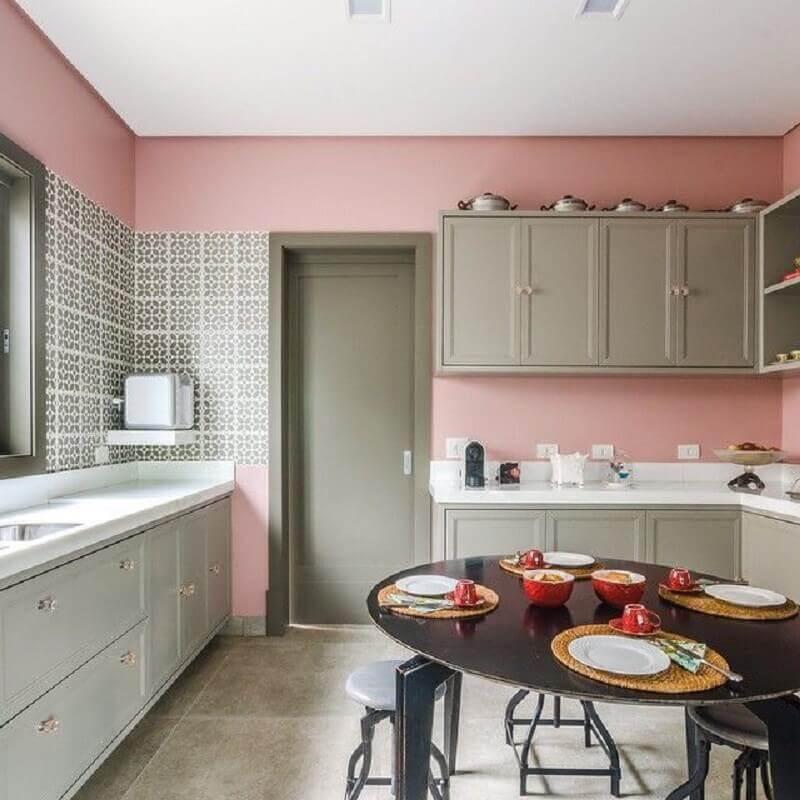 Decoração de cozinha planejada com parede rosa chá Foto Andrea Murao