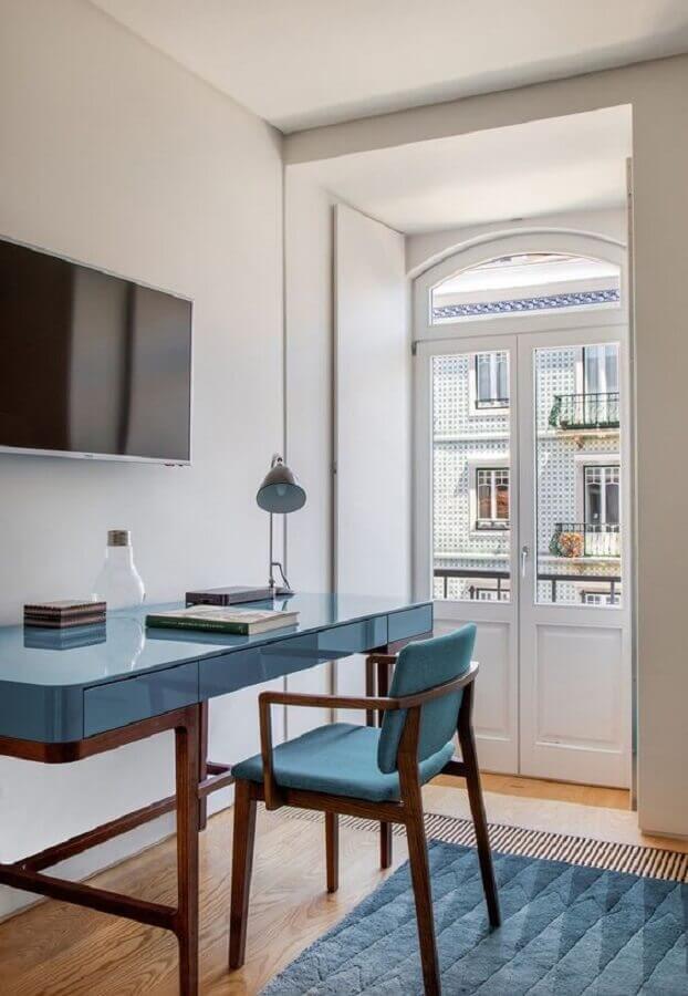 decoração de home office com escrivaninha e cadeira azul Foto Casa de Valentina