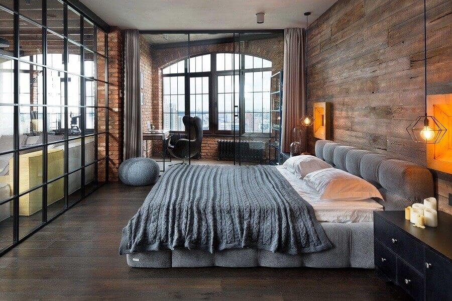 decoração de quarto industrial com cabeceira estofada e parede amadeirada Foto Martin Architects