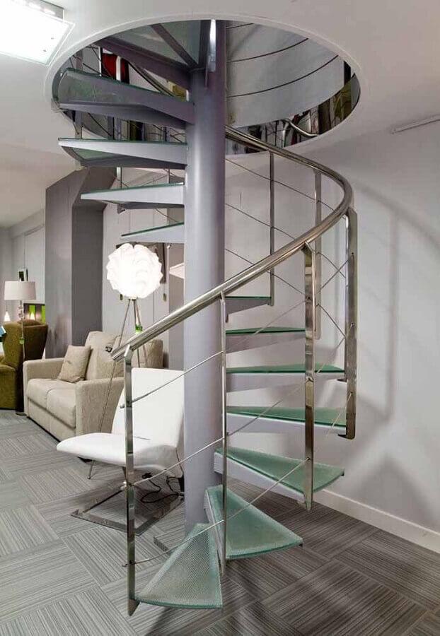 decoração de sala cinza com escada espiral de vidro e inox Foto Pinterest