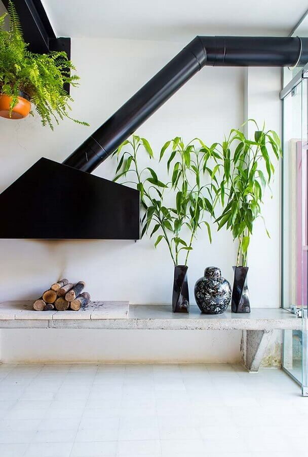 decoração de sala com lareira de ferro suspensa Foto Apartment Therapy