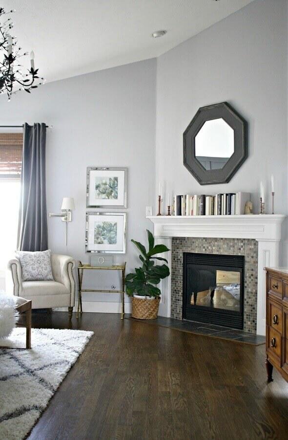 decoração de sala com lareira e vaso de planta no chão Foto Pinterest