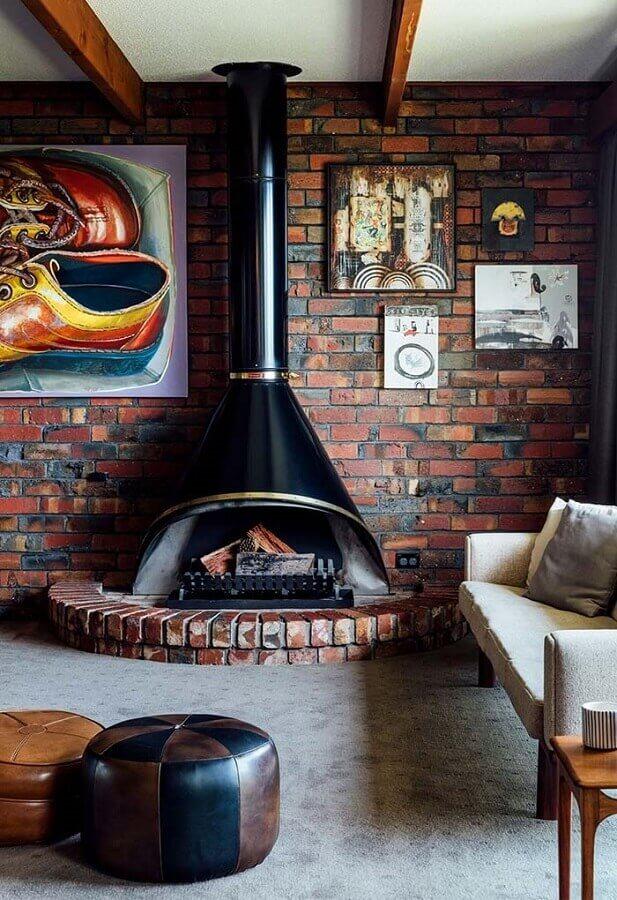 decoração de sala com lareira rústica de ferro e tijolinho à vista  Foto Pinterest