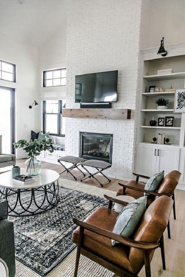 decoração de sala com lareira simples e poltronas de madeira Foto Monarch Plank