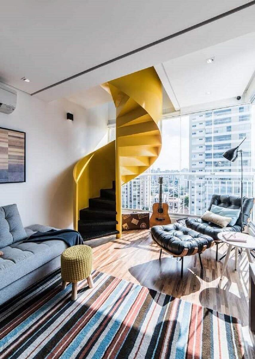 decoração de sala com tapete listrado e escada espiral amarela moderna Foto Dicas Decor