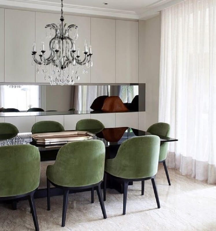 Decoração de sala de jantar com lustre de cristal e cadeira verde musgo Foto Jeito de Casa
