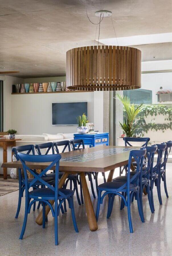 decoração de sala de jantar com lustre de madeira e cadeira azul Foto Marina Linhares Interiores