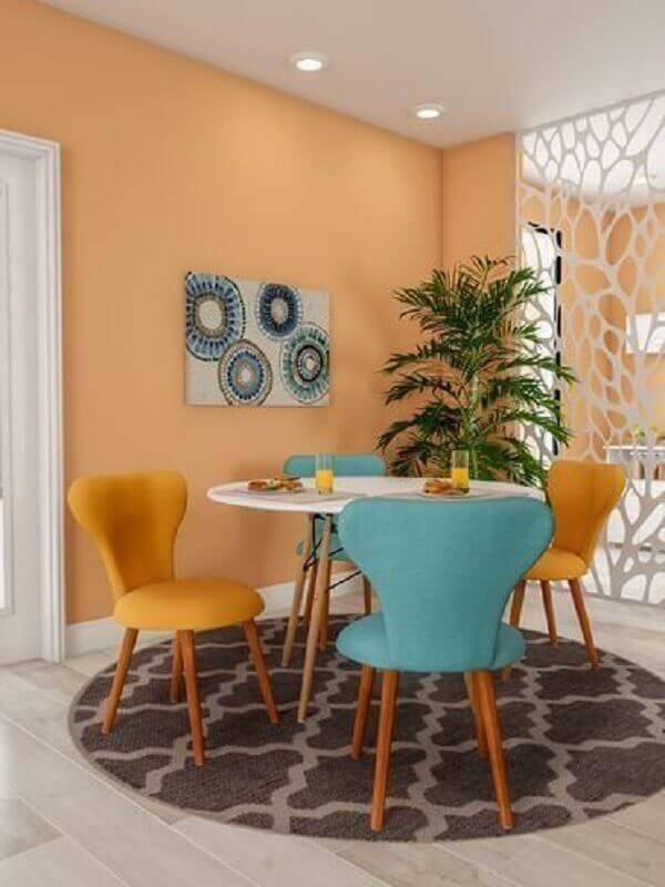 decoração de sala de jantar com mesa pequena e cadeira azul e amarela Foto Arkpad