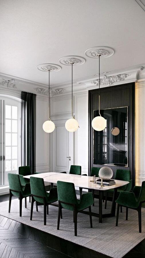 Decoração de sala de jantar sofisticada com luminária moderna e cadeira verde escuro Foto Apartment Therapy