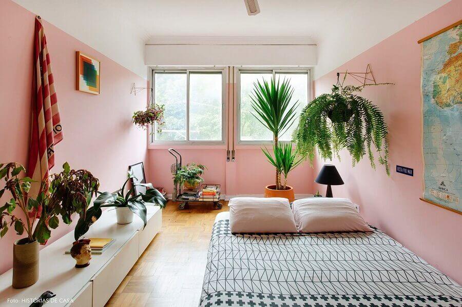 decoração de sala simples com vasos de plantas e parede rosa chá Foto Histórias de Casa
