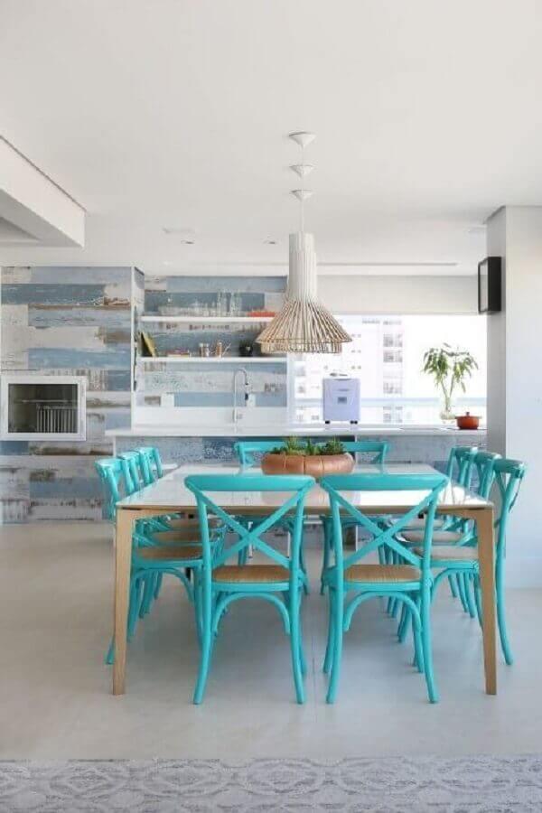 decoração de varanda gourmet com mesa quadrada e cadeira azul turquesa Foto Jeito de Casa