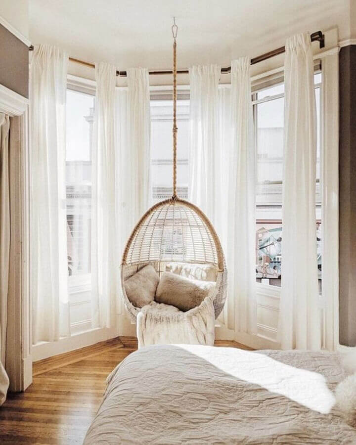 Decoração em cores claras com cadeira de balanço suspensa para quarto de casal Foto We Heart It