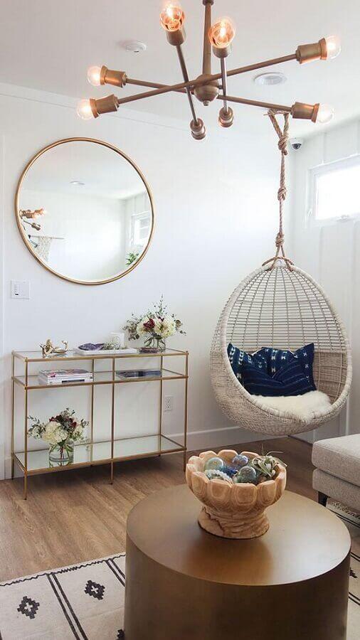 Decoração em cores claras com cadeira de balanço suspensa para sala simples Foto Apartment Therapy