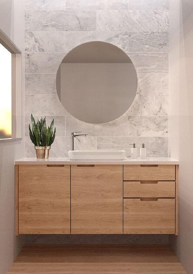 decoração em cores claras para banheiro com armário planejado de madeira Foto Mincio