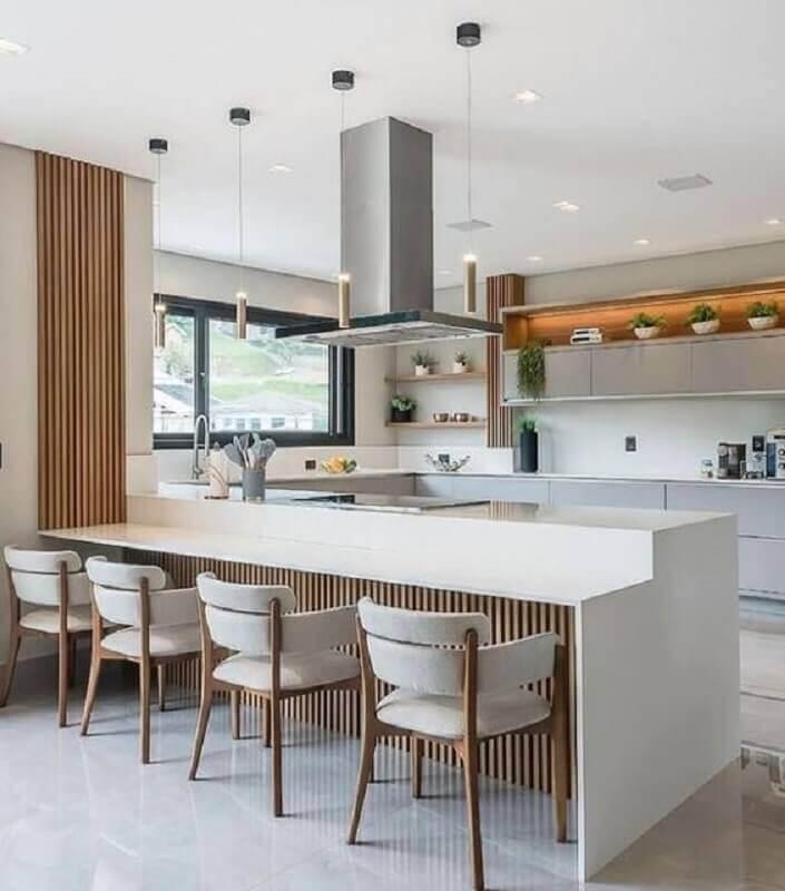 Decoração em cores claras para cozinha planejada estilo americana com cadeira estofada para bancada Foto Jeito de Casa