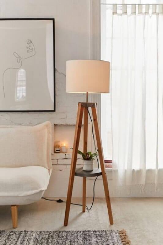 decoração em cores claras para sala com abajur de pé de madeira Foto Urban Outfitters