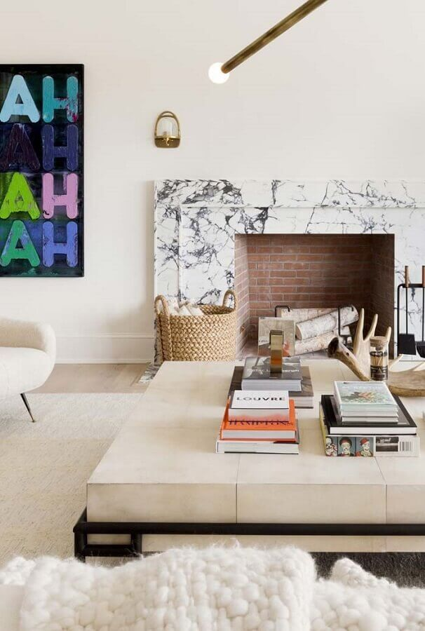 decoração em cores claras para sala com lareira rústica Foto Pinterest