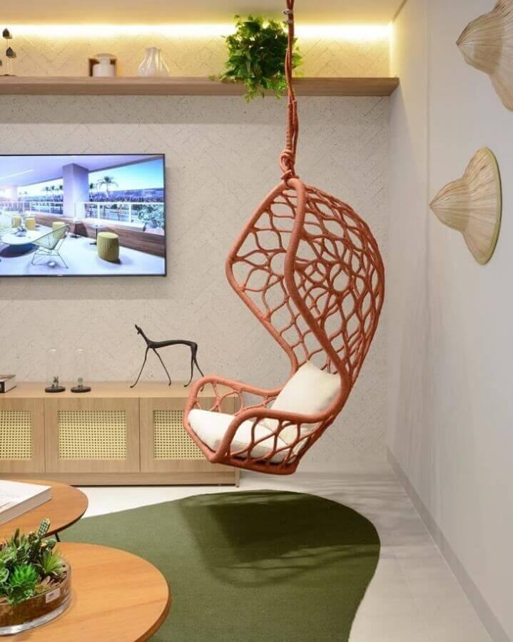 decoração em cores claras para sala de TV com cadeira de balanço moderna suspensa Foto Vanessa Graner Arquitetura