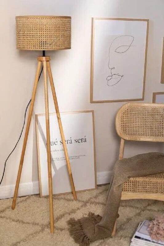 decoração em cores neutras com abajur de pé de madeira Foto Pinterest