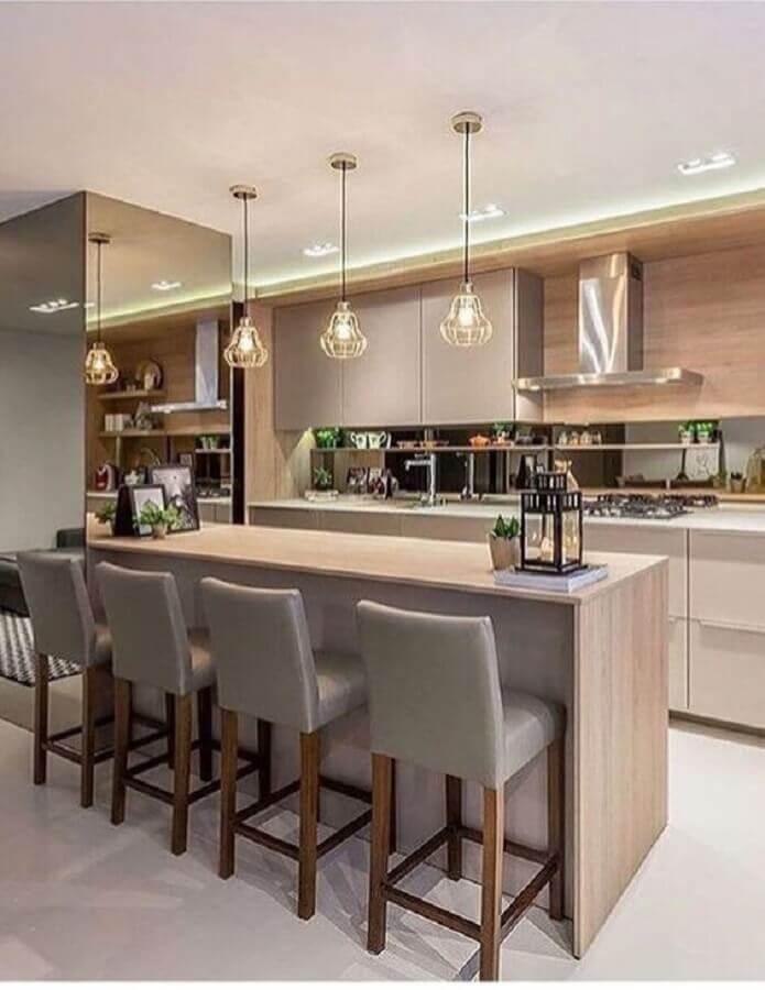 Decoração em cores neutras com luminária aramada para cozinha planejada estilo americana Foto Decor Salteado