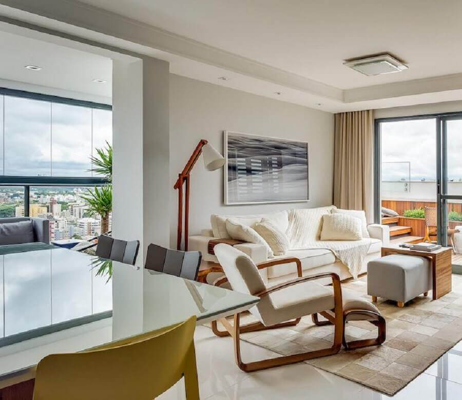 decoração em cores neutras para sala de estar com abajur de pé alto Foto Bender Arquitetura