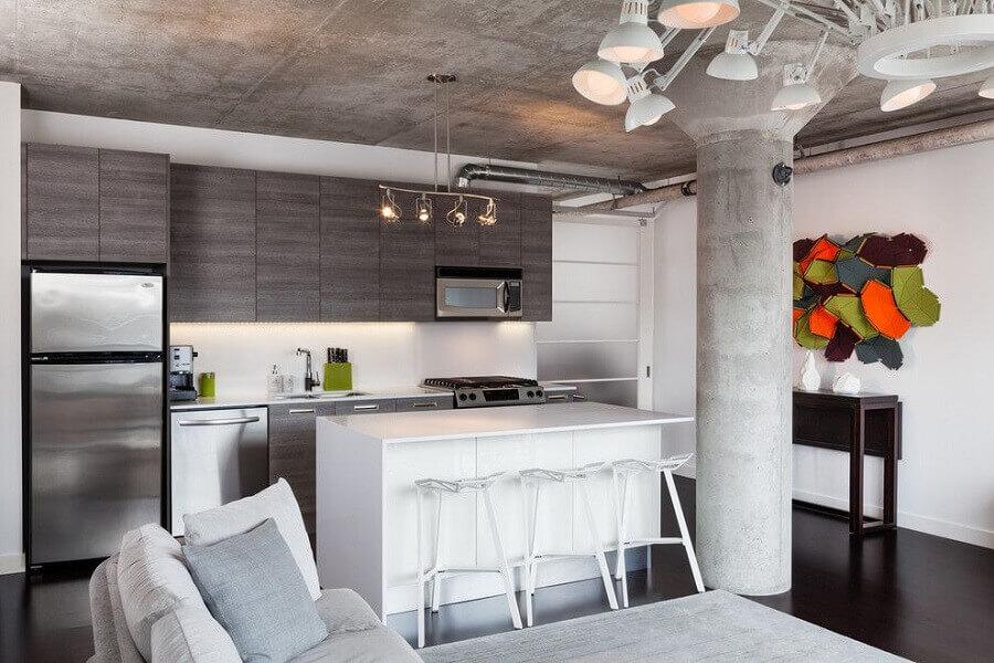 Decoração estilo industrial para cozinha estilo americana cinza com ilha branca Foto Architizer