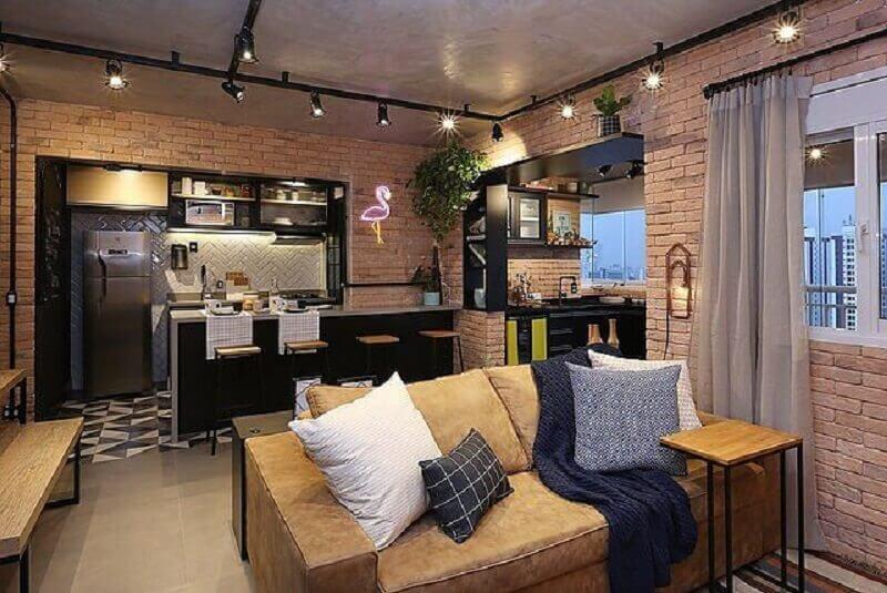 decoração estilo industrial para sala com parede de tijolinho à vista Foto Revista VD