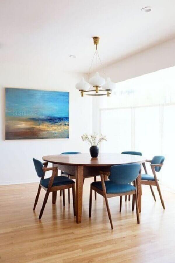 decoração minimalista com cadeira de jantar azul e mesa redonda Foto Apartment Therapy