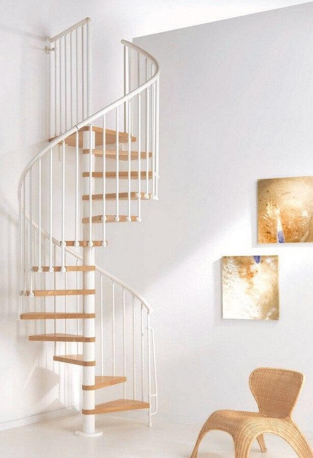 decoração minimalista para casa com escada espiral com degraus de madeira clara Foto Pinterest
