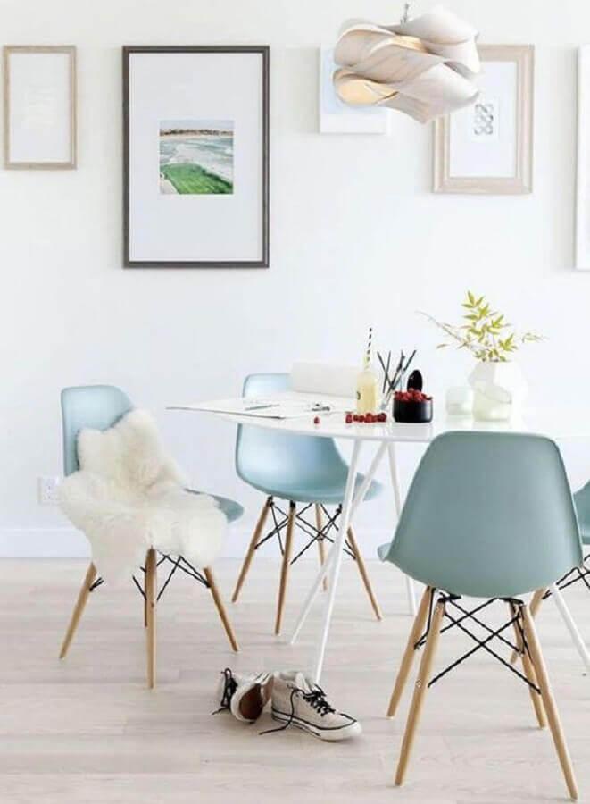 decoração minimalista para sala de jantar com cadeira eames azul claro Foto Home Fashion Trend