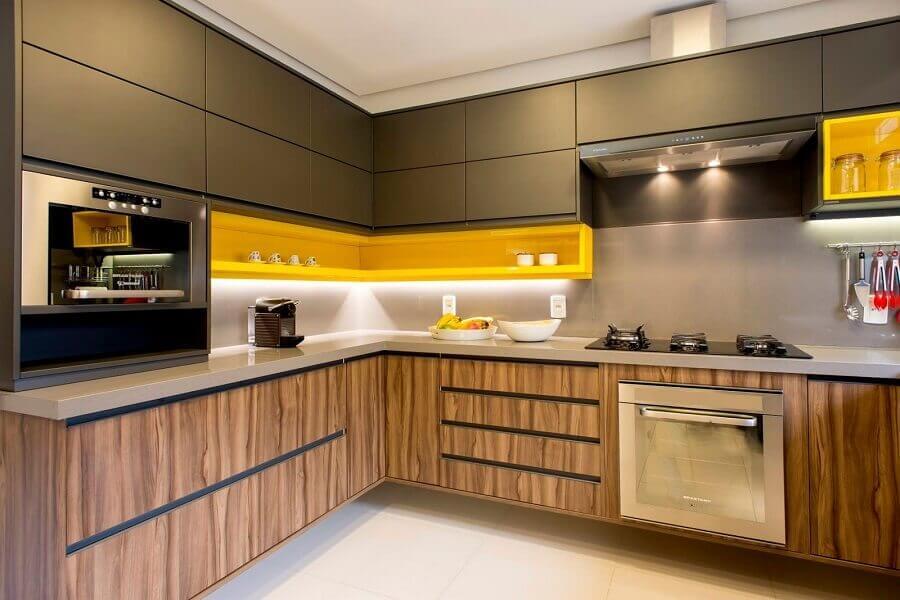 decoração moderna com nicho amarelo para cozinha com armário planejado cinza com madeira Foto Tupinikim Arquitetura Luz Arte