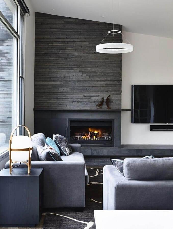 decoração moderna de sala com lareira e sofá cinza Foto Mix and Chic