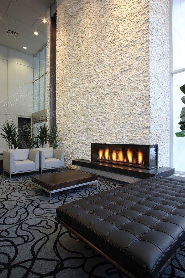 decoração moderna de sala de estar com lareira elétrica de canto Foto Pinterest