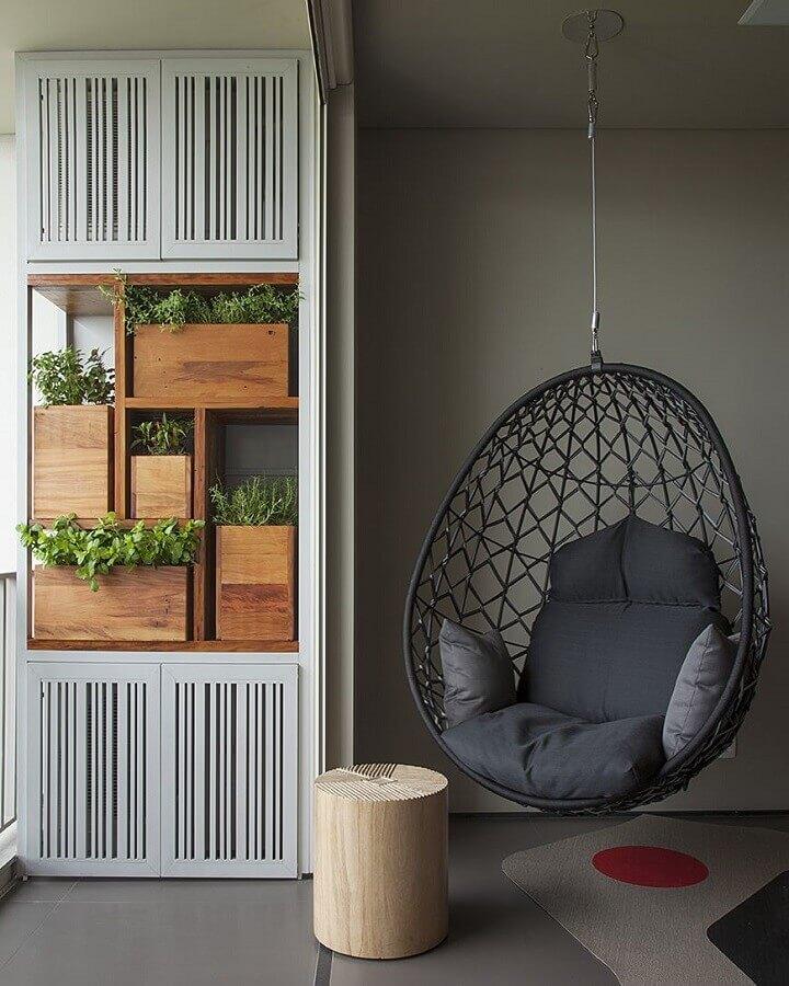 Decoração moderna em tons de cinza com cadeira de balanço suspensa Foto AMFB Arquitetura