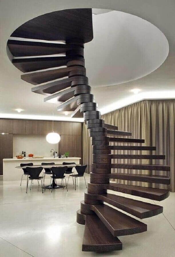 decoração moderna para casa conceito aberto com escada espiral de madeira Foto Home Fashion Trend