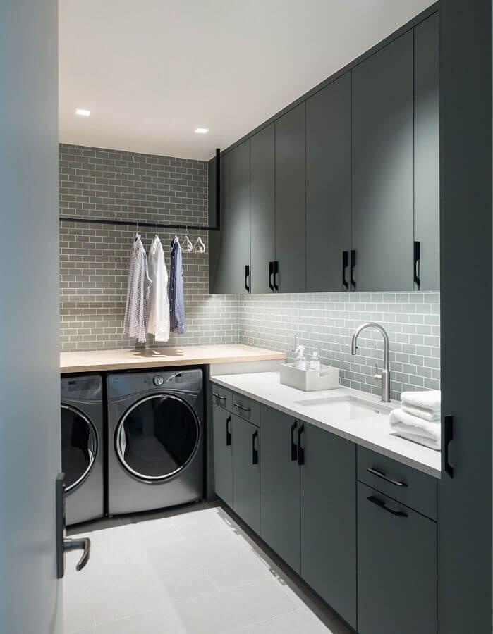 decoração moderna para lavanderia com armário planejado cinza Foto Houzz