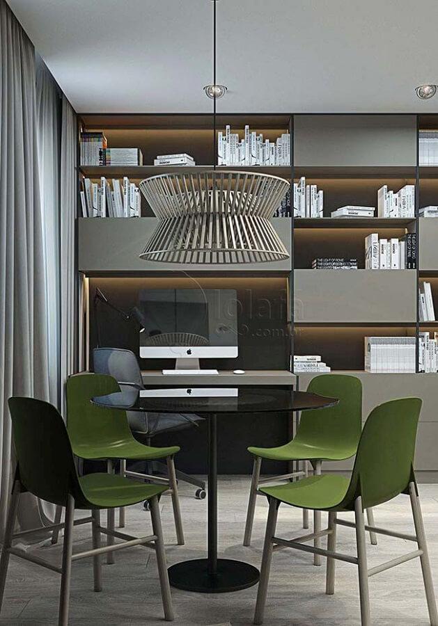 Decoração moderna para sala de jantar cinza com cadeira verde musgo Foto Pinterest