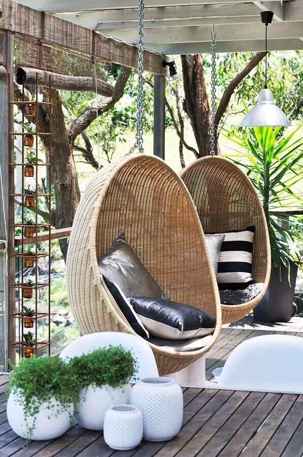 Decoração rústica com cadeira de balanço suspensa para varanda Foto Homes to Love
