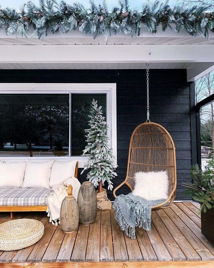 Decoração rústica com sofá de madeira e cadeira de balanço suspensa para varanda Foto Undecorated Home
