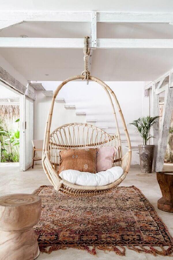 Decoração rústica para varanda branca com cadeira suspensa de balanço Foto Vobibr