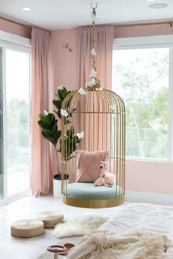 decoração rosa chá para quarto com balanço suspenso dourado Foto Pinterest