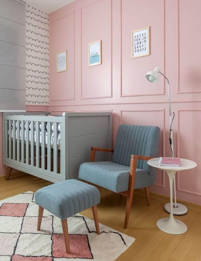 decoração rosa chá para quarto de bebê com berço cinza e poltrona azul Foto Amis Arquitetura e Decoração