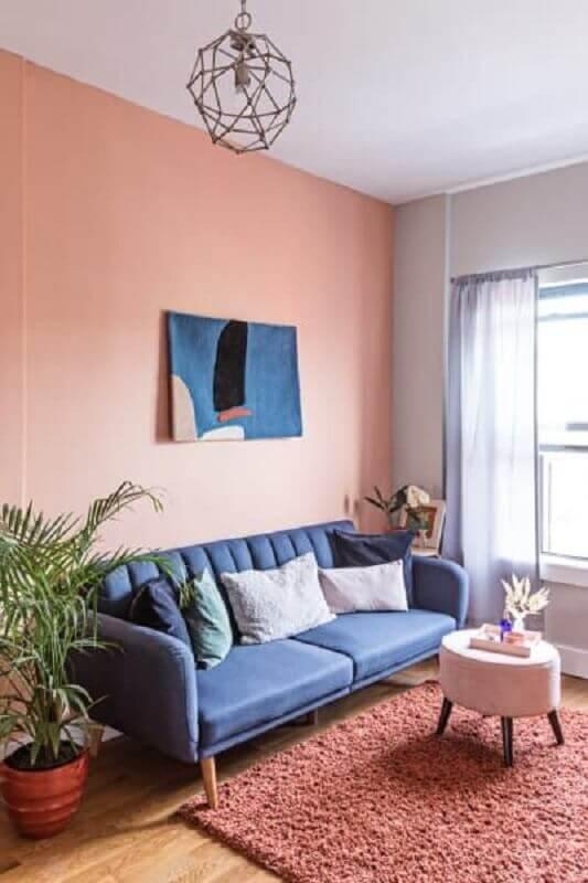 decoração rosa chá para sala de estar com sofá azul Foto Domino