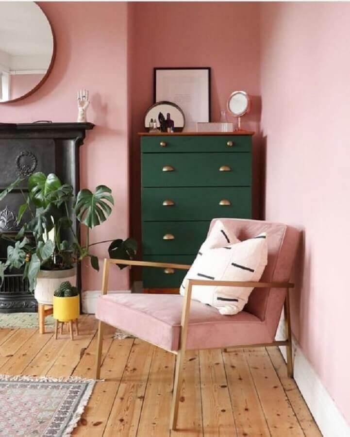 decoração rosa chá para sala decorada com espelho redondo e cômoda verde escura Foto Pinterest