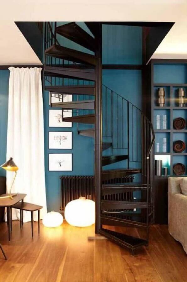 decoração simples com escada espiral de ferro preta Foto Jeito de Casa